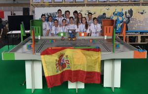 <div style=margin-top:14pt;margin-bottom:14pt;>Este fin de semana se ha organizado en Par&iacute;s la final de la competici&oacute;n internacional de robots Eurobot Junior en la que han participado por primera vez dos equipos en representaci&oacute;n de Espa&ntilde;a. Estos equipos fueron previamente seleccionados en la clasificaci&oacute;n espa&ntilde;ola (Eurobot Junior Spain) que se celebr&oacute; en la Universidad de Alcal&aacute; en el mes de Abril.</div>  <div style=margin-top:14pt;margin-bottom:14pt;>Viajaron estudiantes de 1&ordm; a 4&ordm; ESO del Colegio Giovanni Antonio Farina y del IES Arcipreste de Hita de Azuqueca de Henares en un viaje patrocinado por&nbsp;el Ayuntamiento de Azuqueca de Henares y por la Universidad de Alcal&aacute; a trav&eacute;s de un premio dentro Convocatoria de Ayudas para el Fomento de la Cultura&nbsp;Cient&iacute;fica, Tecnol&oacute;gica y de la Innovaci&oacute;n de la FECYT (Fundaci&oacute;n Espa&ntilde;ola para la Ciencia y la Tecnolog&iacute;a &ndash; Ministerio de Econom&iacute;a, Industria y&nbsp;Competitividad).&nbsp;<strong>Acompa&ntilde;ando a la delegaci&oacute;n espa&ntilde;ola viajaron dos profesores del Departamento de Electr&oacute;nica de la Universidad de Alcal&aacute; como representantes de Eurobot en Espa&ntilde;a.</strong></div>  <div style=margin-top:14pt;margin-bottom:14pt;>&nbsp;En la Final de Eurobot Junior hab&iacute;a equipos de Francia, B&eacute;lgica, Rusia, Serbia y Espa&ntilde;a. Los tres primeros puestos los ocuparon dos equipos franceses y uno ruso. En todo momento hubo muy buen ambiente entre los equipos y entre los miembros de la delegaci&oacute;n espa&ntilde;ola coincidiendo en que la participaci&oacute;n en el proyecto hab&iacute;a sido para ellos una experiencia muy positiva.</div>